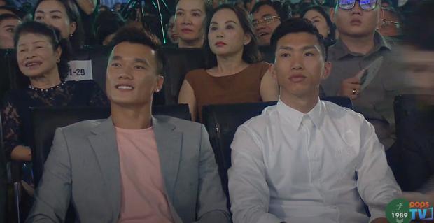 Dũng gôn, Văn Hậu liên tục giật sóng livestream Hoa hậu, chuyển qua ngắm trai đẹp xíu đi bà con! - Ảnh 1.