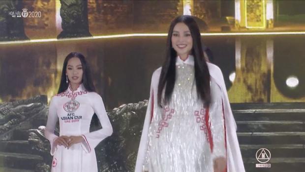Loạt áo dài in mặt khó hiểu và những bộ bikini đỏ kém sang, phá dáng thí sinh tại chung kết HHVN 2020 - Ảnh 3.