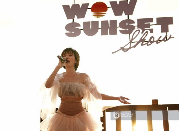 Những khoảnh khắc đẹp nhất tại WOW Sunset Show: Lê Hiếu chilling cùng khán giả, Nguyên Hà diễn live album trước biển hoàng hôn - Ảnh 3.