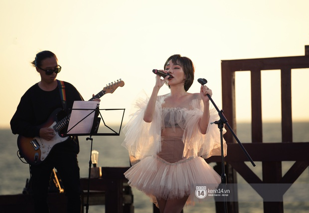 Những khoảnh khắc đẹp nhất tại WOW Sunset Show: Lê Hiếu chilling cùng khán giả, Nguyên Hà diễn live album trước biển hoàng hôn - Ảnh 2.