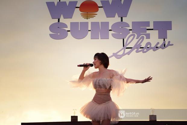 Những khoảnh khắc đẹp nhất tại WOW Sunset Show: Lê Hiếu chilling cùng khán giả, Nguyên Hà diễn live album trước biển hoàng hôn - Ảnh 6.