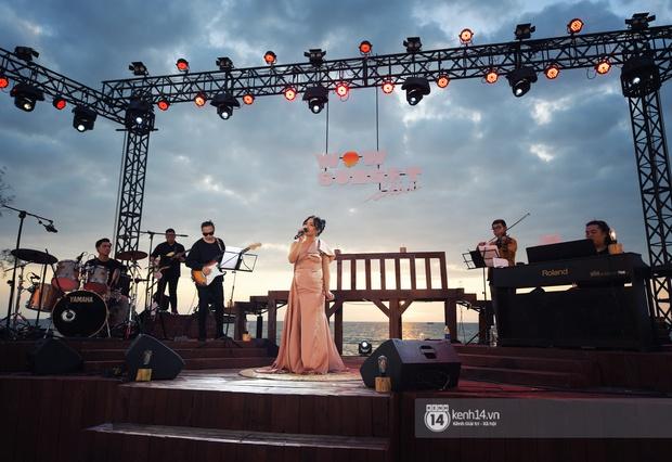 Những khoảnh khắc đẹp nhất tại WOW Sunset Show: Lê Hiếu chilling cùng khán giả, Nguyên Hà diễn live album trước biển hoàng hôn - Ảnh 9.
