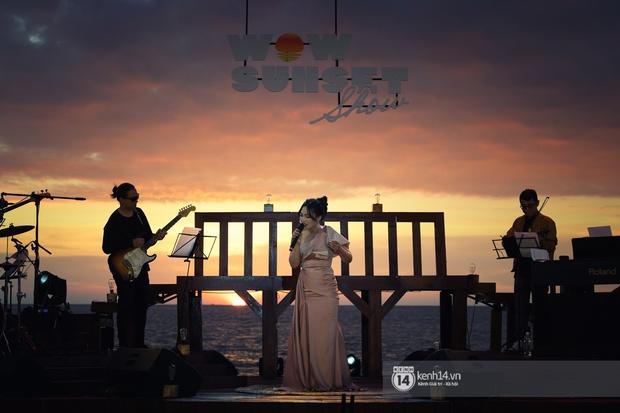 Những khoảnh khắc đẹp nhất tại WOW Sunset Show: Lê Hiếu chilling cùng khán giả, Nguyên Hà diễn live album trước biển hoàng hôn - Ảnh 16.