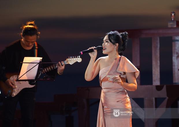 Những khoảnh khắc đẹp nhất tại WOW Sunset Show: Lê Hiếu chilling cùng khán giả, Nguyên Hà diễn live album trước biển hoàng hôn - Ảnh 8.