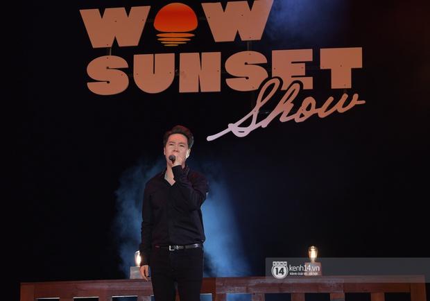 Những khoảnh khắc đẹp nhất tại WOW Sunset Show: Lê Hiếu chilling cùng khán giả, Nguyên Hà diễn live album trước biển hoàng hôn - Ảnh 12.