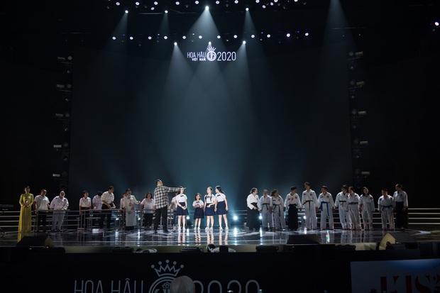 Tổng duyệt Chung kết HHVN 2020: Tiểu Vy - Hoàng Thùy Linh đọ sắc bất phân thắng bại, Á hậu Kiều Loan lộ diện sau tin đồn hẹn hò - Ảnh 13.