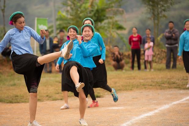 Chết cười với biểu cảm khó đỡ của Mâu Thủy, Khánh Vân, Ngọc Châu... cùng dàn mỹ nhân đình đám khi chơi đá bóng! - Ảnh 4.