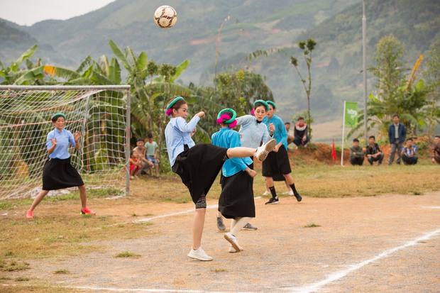 Chết cười với biểu cảm khó đỡ của Mâu Thủy, Khánh Vân, Ngọc Châu... cùng dàn mỹ nhân đình đám khi chơi đá bóng! - Ảnh 3.