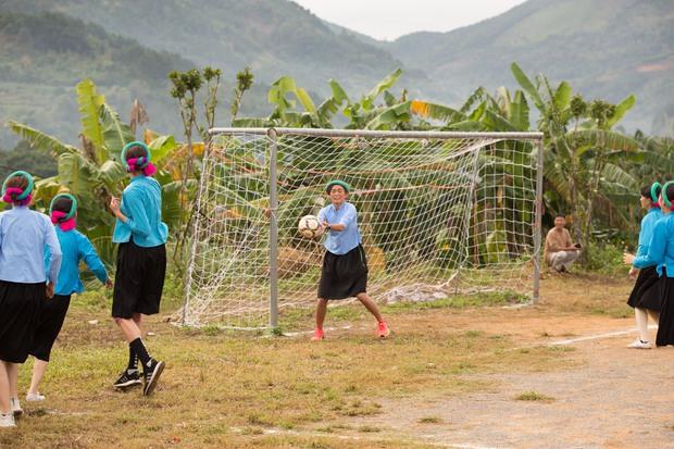 Chết cười với biểu cảm khó đỡ của Mâu Thủy, Khánh Vân, Ngọc Châu... cùng dàn mỹ nhân đình đám khi chơi đá bóng! - Ảnh 2.