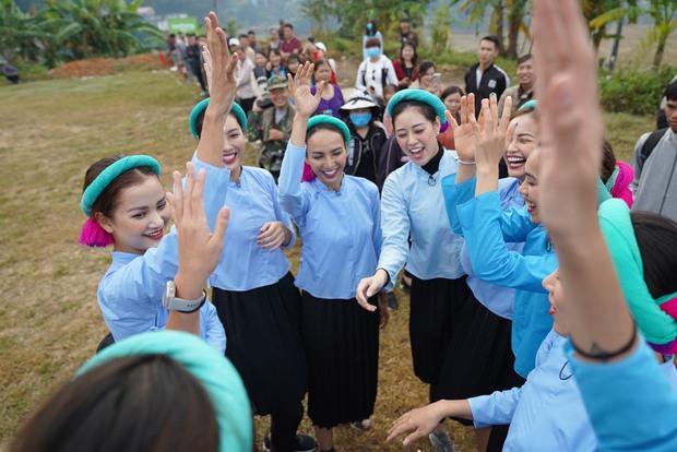 Chết cười với biểu cảm khó đỡ của Mâu Thủy, Khánh Vân, Ngọc Châu... cùng dàn mỹ nhân đình đám khi chơi đá bóng! - Ảnh 1.