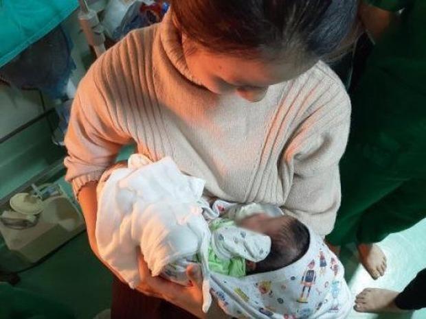 Sự thật bất ngờ vụ bé sơ sinh bị nhét giấy vào mũi, miệng và bỏ rơi trong nhà vệ sinh: Do nền nhà ướt và lạnh nên đặt con vào thùng rác để đi tìm quần áo ủ ấm - Ảnh 2.