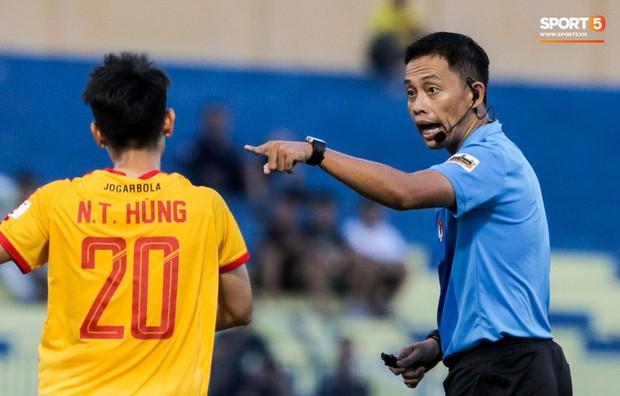 V.League 2021 hạn chế thuê trọng tài ngoại dù trọng tài Việt mắc nhiều sai lầm - Ảnh 2.