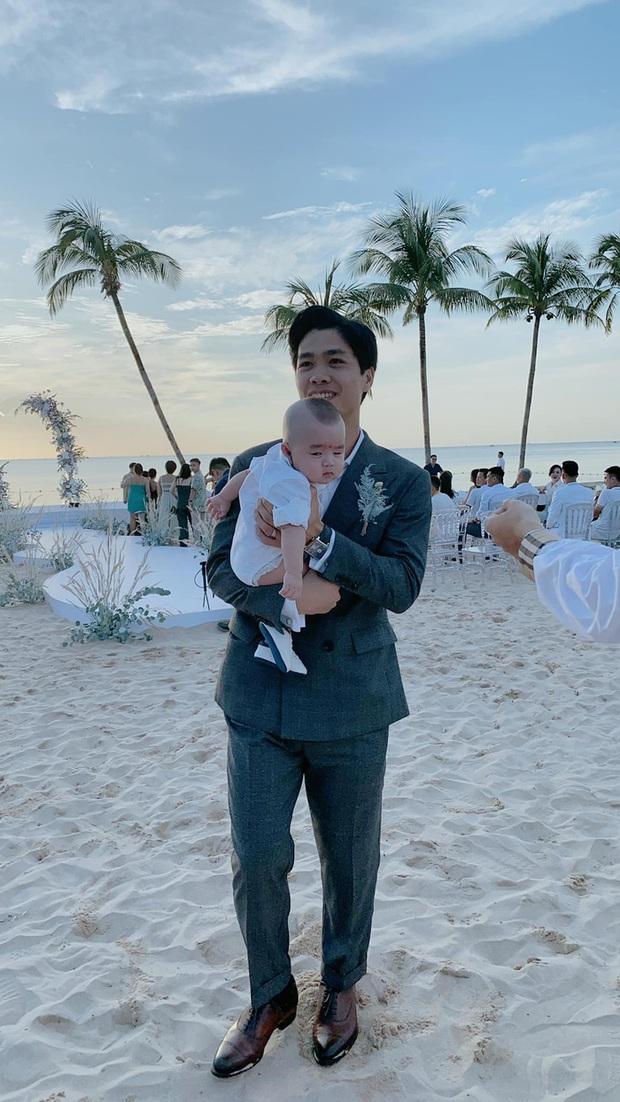 Xuất hiện hot baby tại đám cưới Công Phượng: Biểu cảm cưng xỉu khi chú rể bế, được hội tuyển thủ thi nhau bồng - Ảnh 1.