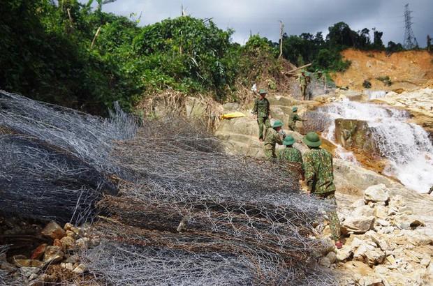 Nhìn gần dòng sông mới Rào Trăng vừa nắn chỉnh để tìm nạn nhân mất tích - Ảnh 12.