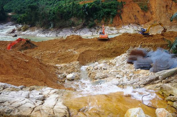 Nhìn gần dòng sông mới Rào Trăng vừa nắn chỉnh để tìm nạn nhân mất tích - Ảnh 14.