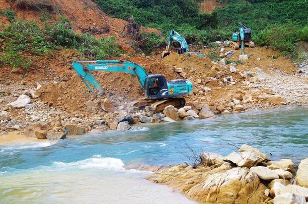 Nhìn gần dòng sông mới Rào Trăng vừa nắn chỉnh để tìm nạn nhân mất tích - Ảnh 4.