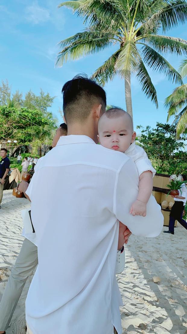 Xuất hiện hot baby tại đám cưới Công Phượng: Biểu cảm cưng xỉu khi chú rể bế, được hội tuyển thủ thi nhau bồng - Ảnh 4.