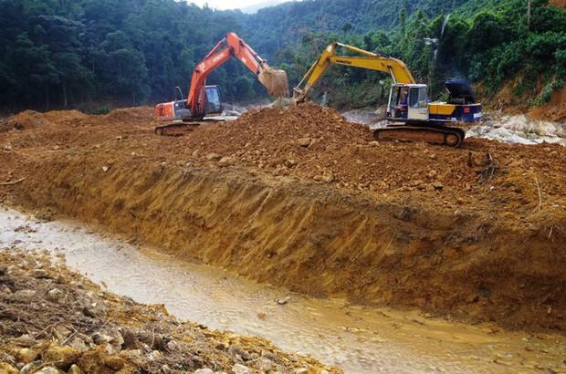 Nhìn gần dòng sông mới Rào Trăng vừa nắn chỉnh để tìm nạn nhân mất tích - Ảnh 9.