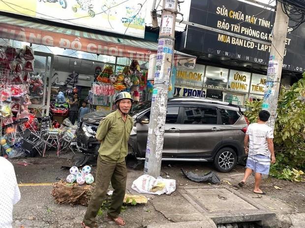 TP.HCM: Ô tô tông nhiều xe máy nằm la liệt, làm gãy cây xanh và khiến cửa hàng bị hư hỏng - Ảnh 1.