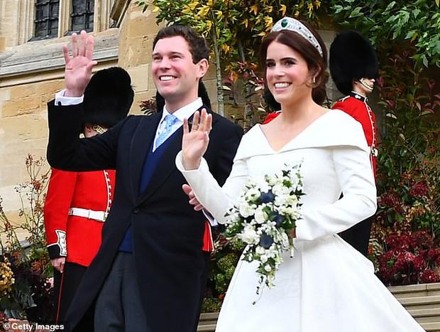 Động thái vội vã ngay trong đêm của Hoàng gia Anh nhằm dứt khoát loại bỏ vợ chồng Meghan Markle ra khỏi gia tộc gây xôn xao dư luận - Ảnh 3.