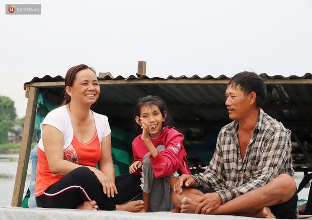 Bé gái bị teo não theo cha đi lượm ve chai ở bờ sông Sài Gòn: Ngồi chờ ba xíu, lát ba quay lại cõng con lên ghe nghen - Ảnh 16.