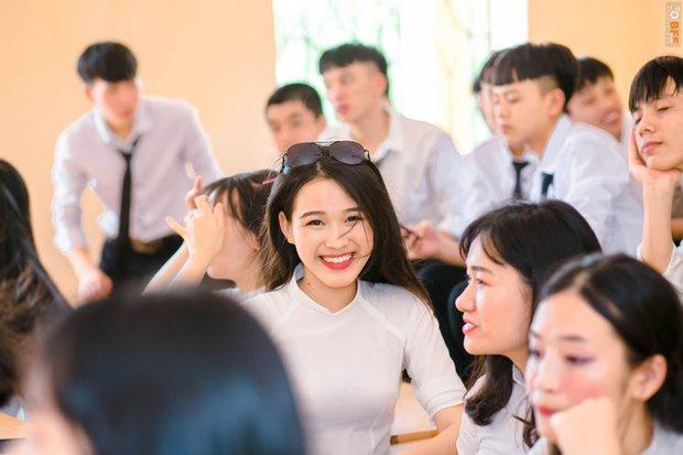 Tân Hoa hậu xinh xỉu trong tà áo dài trắng học sinh, cười một cái ai cũng đứng tim - Ảnh 1.
