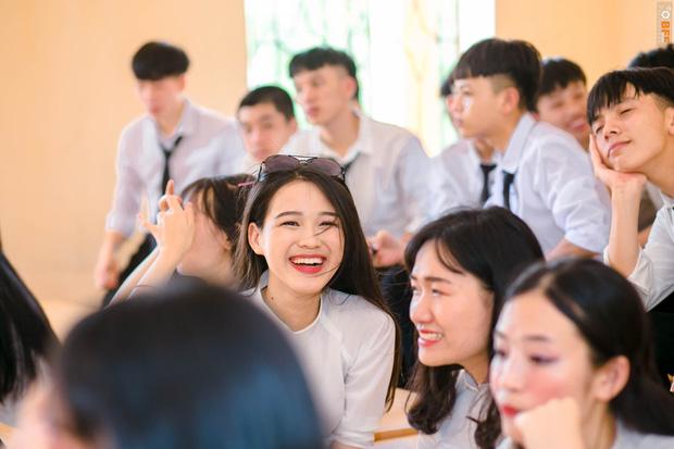 Tân Hoa hậu xinh xỉu trong tà áo dài trắng học sinh, cười một cái ai cũng đứng tim - Ảnh 2.