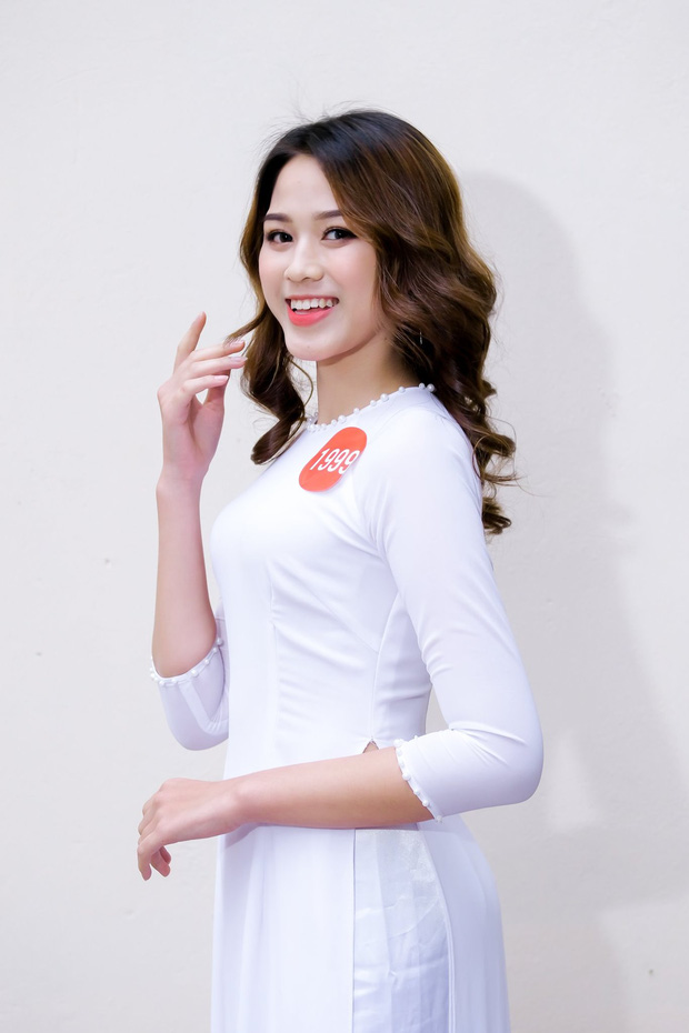 Tân Hoa hậu xinh xỉu trong tà áo dài trắng học sinh, cười một cái ai cũng đứng tim - Ảnh 3.
