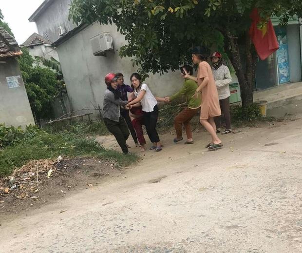 Xé áo người phụ nữ giữa đường, 5 đối tượng bị truy tố