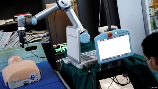 Trung Quốc thực hiện thành công ca phẫu thuật ung thư sử dụng robot  - Ảnh 1.