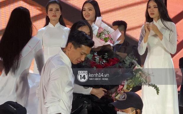 HOT: Văn Hậu tặng hoa hồng đỏ và ô.m an ủi Doãn Hải My ngay trên sân khấu Hoa hậu - Ảnh 3.