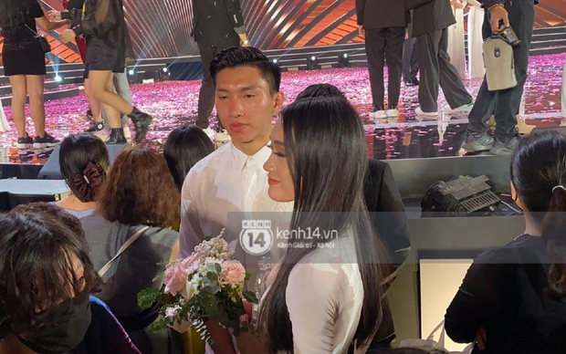 HOT: Văn Hậu tặng hoa hồng đỏ và ôm an ủi Doãn Hải My ngay trên sân khấu Hoa hậu - Ảnh 4.