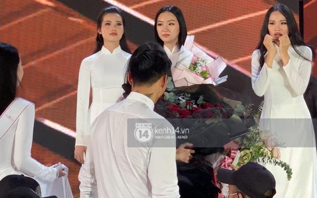 HOT: Văn Hậu tặng hoa hồng đỏ và ôm an ủi Doãn Hải My ngay trên sân khấu Hoa hậu - Ảnh 5.