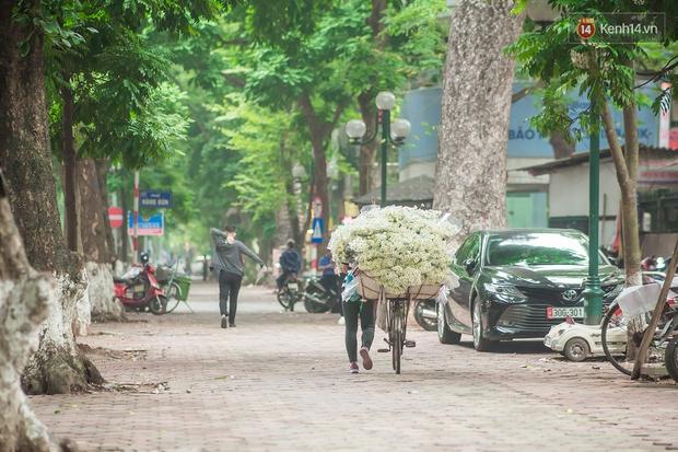 Hà Nội những ngày này, có những chiếc xe gói trọn mùa thu rong ruổi khắp phố phường - Ảnh 1.