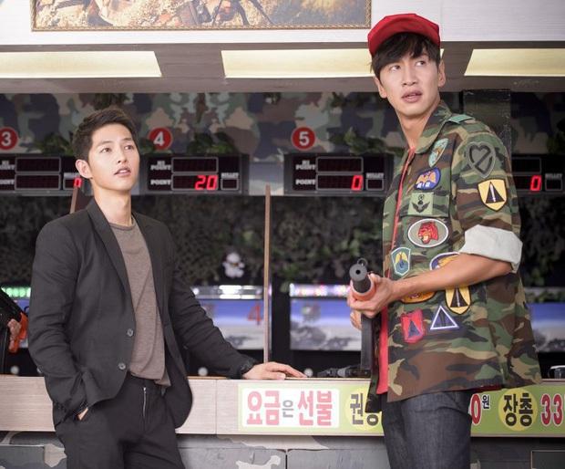Cả Kbiz bỗng bé lại khi Lee Kwang Soo xuất hiện: Song Joong Ki, D.O. (EXO) bị dìm thê thảm, Park Bo Young đi guốc cả tấc vẫn... tí hon - Ảnh 4.