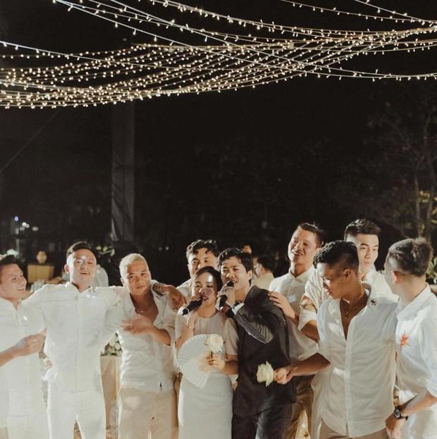 Tiến Linh khoe ảnh nét căng bên vợ chồng Công Phượng trong siêu hôn lễ, vô tình hé lộ nhẫn cưới của cô dâu chú rể - Ảnh 3.