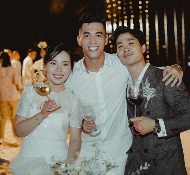 Tiến Linh khoe ảnh nét căng bên vợ chồng Công Phượng trong siêu hôn lễ, vô tình hé lộ nhẫn cưới của cô dâu chú rể - Ảnh 2.