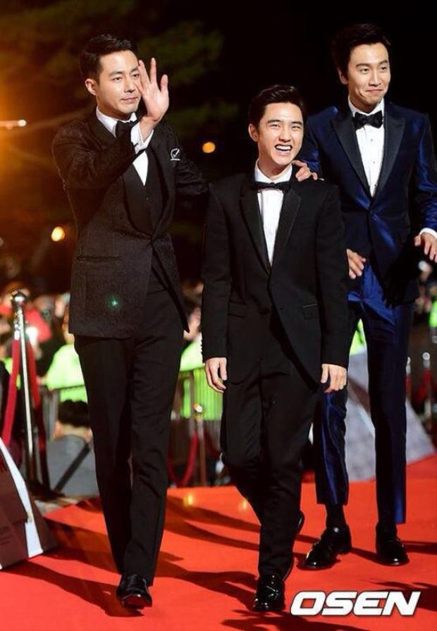 Cả Kbiz bỗng bé lại khi Lee Kwang Soo xuất hiện: Song Joong Ki, D.O. (EXO) bị dìm thê thảm, Park Bo Young đi guốc cả tấc vẫn... tí hon - Ảnh 7.