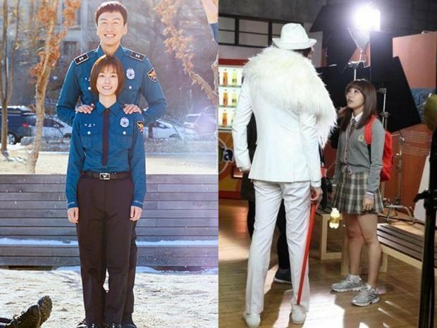 Cả Kbiz bỗng bé lại khi Lee Kwang Soo xuất hiện: Song Joong Ki, D.O. (EXO) bị dìm thê thảm, Park Bo Young đi guốc cả tấc vẫn... tí hon - Ảnh 5.