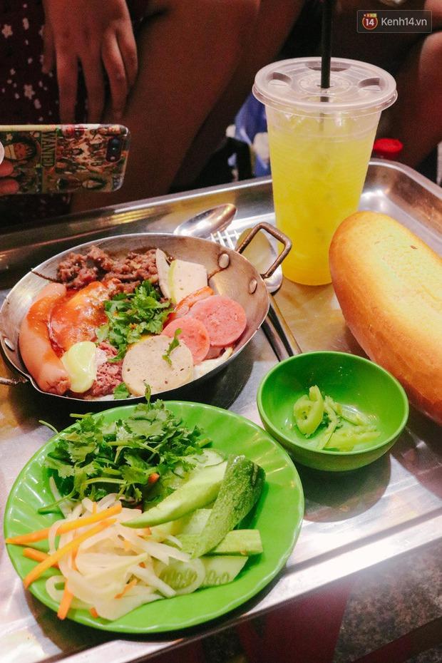 """""""Thâm cung bí sử"""" 2 hàng bánh mì chảo hot nhất giữa trung tâm Sài Gòn, khách đến lần đầu 90% đều không nhận ra đâu mới là bản gốc? - Ảnh 10."""