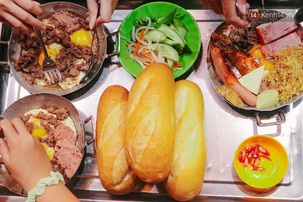 """""""Thâm cung bí sử"""" 2 hàng bánh mì chảo hot nhất giữa trung tâm Sài Gòn, khách đến lần đầu 90% đều không nhận ra đâu mới là bản gốc? - Ảnh 11."""