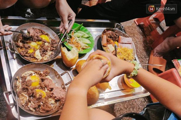 """""""Thâm cung bí sử"""" 2 hàng bánh mì chảo hot nhất giữa trung tâm Sài Gòn, khách đến lần đầu 90% đều không nhận ra đâu mới là bản gốc? - Ảnh 7."""