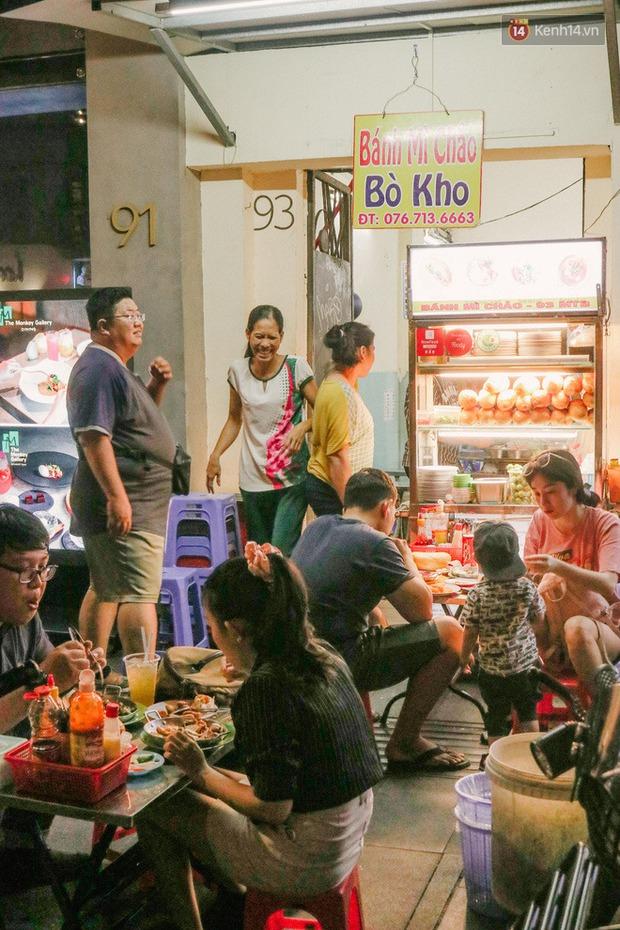 """""""Thâm cung bí sử"""" 2 hàng bánh mì chảo hot nhất giữa trung tâm Sài Gòn, khách đến lần đầu 90% đều không nhận ra đâu mới là bản gốc? - Ảnh 13."""