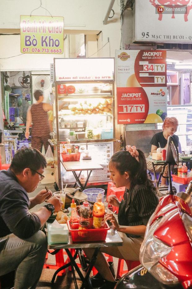 """""""Thâm cung bí sử"""" 2 hàng bánh mì chảo hot nhất giữa trung tâm Sài Gòn, khách đến lần đầu 90% đều không nhận ra đâu mới là bản gốc? - Ảnh 18."""