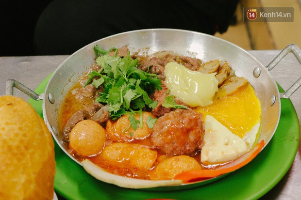 """""""Thâm cung bí sử"""" 2 hàng bánh mì chảo hot nhất giữa trung tâm Sài Gòn, khách đến lần đầu 90% đều không nhận ra đâu mới là bản gốc? - Ảnh 17."""