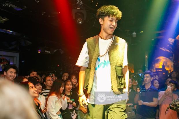 MCK - Tlinh rải cẩu lương từ hậu trường lên sân khấu, Gonzo bất ngờ xuất hiện để cổ vũ dàn thí sinh Rap Việt và King Of Rap - Ảnh 2.