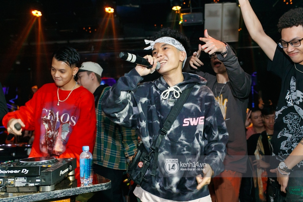 MCK - Tlinh rải cẩu lương từ hậu trường lên sân khấu, Gonzo bất ngờ xuất hiện để cổ vũ dàn thí sinh Rap Việt và King Of Rap - Ảnh 3.
