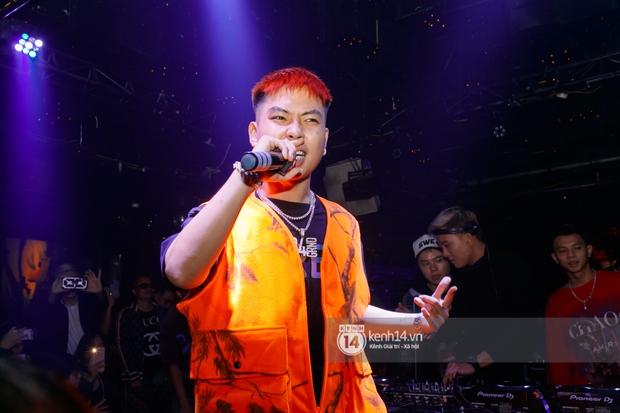 MCK - Tlinh rải cẩu lương từ hậu trường lên sân khấu, Gonzo bất ngờ xuất hiện để cổ vũ dàn thí sinh Rap Việt và King Of Rap - Ảnh 1.