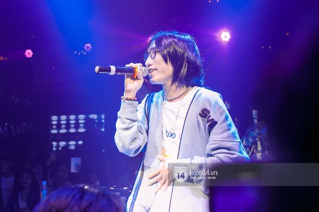 MCK - Tlinh rải cẩu lương từ hậu trường lên sân khấu, Gonzo bất ngờ xuất hiện để cổ vũ dàn thí sinh Rap Việt và King Of Rap - Ảnh 4.