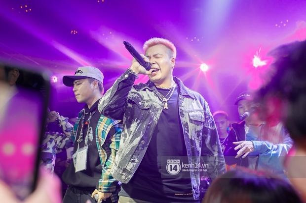 MCK - Tlinh rải cẩu lương từ hậu trường lên sân khấu, Gonzo bất ngờ xuất hiện để cổ vũ dàn thí sinh Rap Việt và King Of Rap - Ảnh 8.